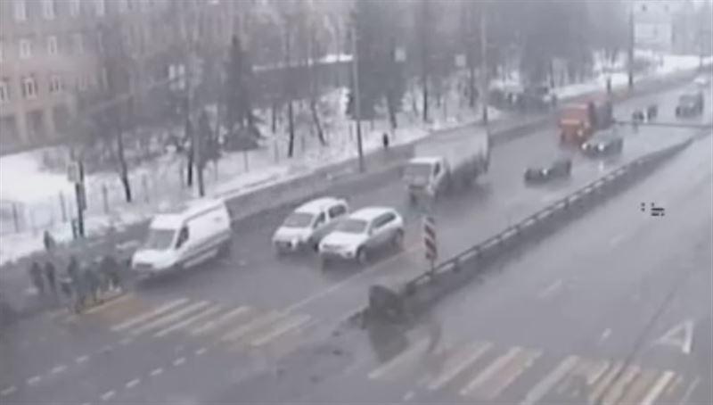 Скорая сбила толпу людей на пешеходном переходе в Москве