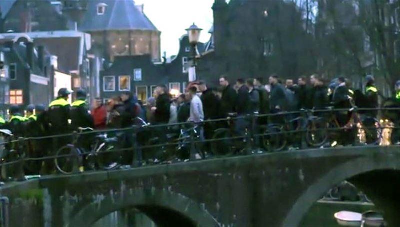 В Амстердаме за беспорядки задержали 90 английских фанатов