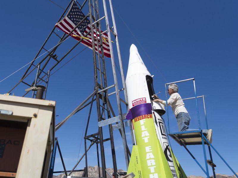 Сторонник теории плоской Земли поднялся в воздух на самодельной ракете