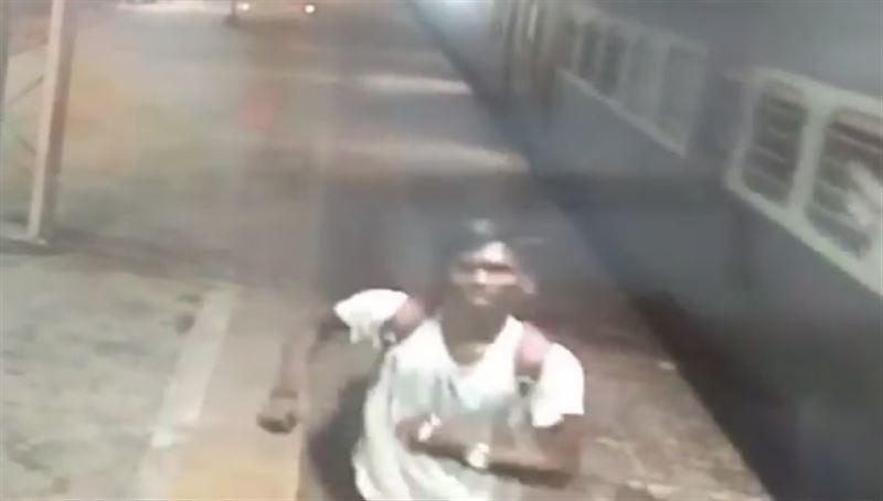 Неудачно прыгнувшего студента затянуло под колеса поезда и раздавило