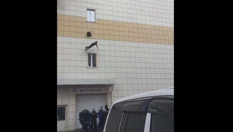 ВИДЕО: Подросток выпрыгнул из окна горящего ТЦ в Кемерово и разбился