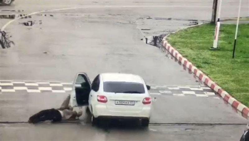 ВИДЕО: Угонщик без прав около 100 метров тащил таксиста по асфальту