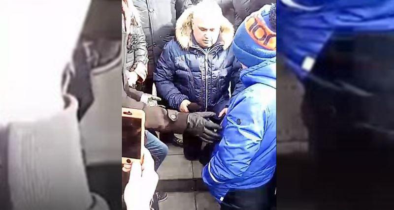 Заместитель Тулеева попросил прощения у жителей Кемерова и встал на колени