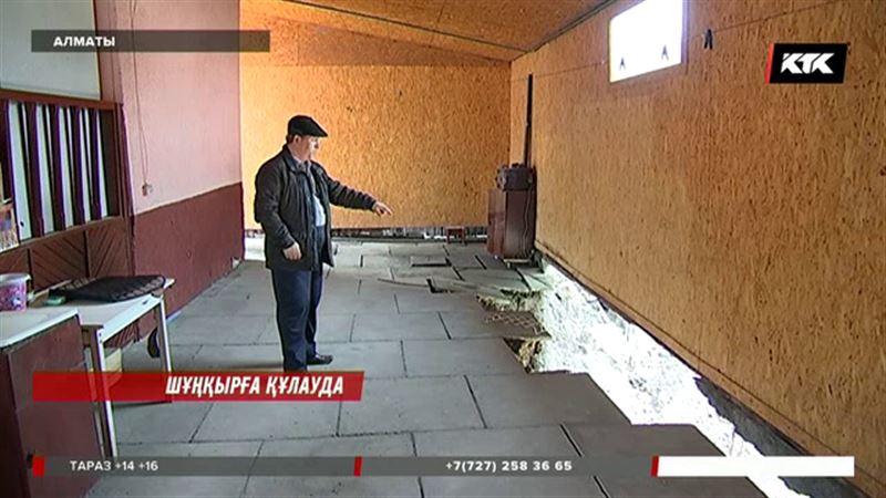 Алматыда 9 адам тұратын баспана салынып жатқан метро станциясына құлай бастады