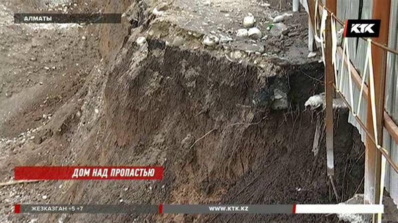 Часть дома ушла под землю в зоне строительства алматинского метро