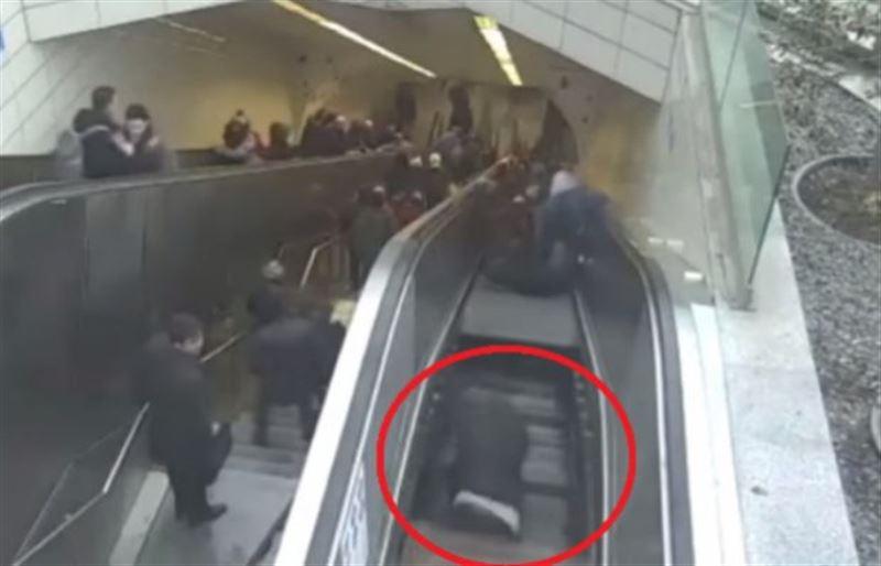 Видео: Метродағы эскалатор жолаушыны жұтып қойды