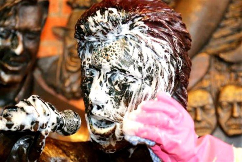 Первый в мире памятник Дэвиду Боуи в Британии осквернили вандалы