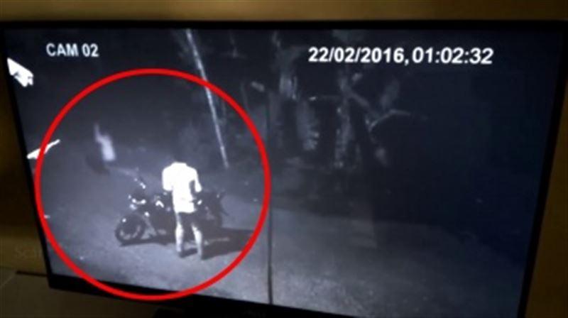 ШОК: Призрак женщины на дороге напугал мотоциклиста