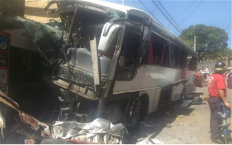 В Мексике автобус врезался в жилой дом, три человека погибли