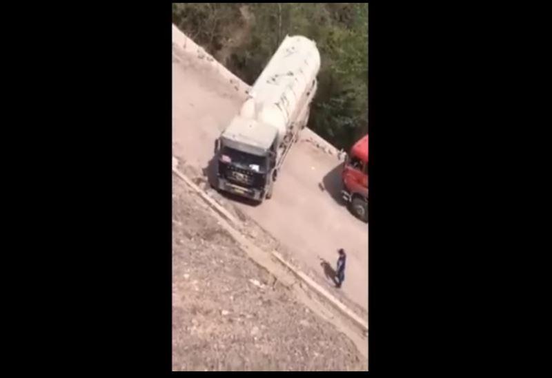 В Сети появилось видео опасного разворота грузовика на краю обрыва