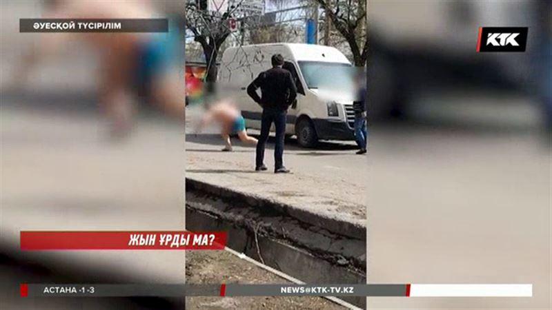 Алматыда жалаңаштанған еркек жолдағы көліктерге атылып, жұртты шошытты