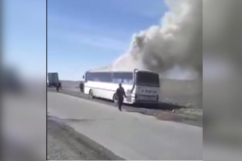 ВИДЕО: Аягөз-Семей бағытындағы жолаушылар автобусы өртке оранды