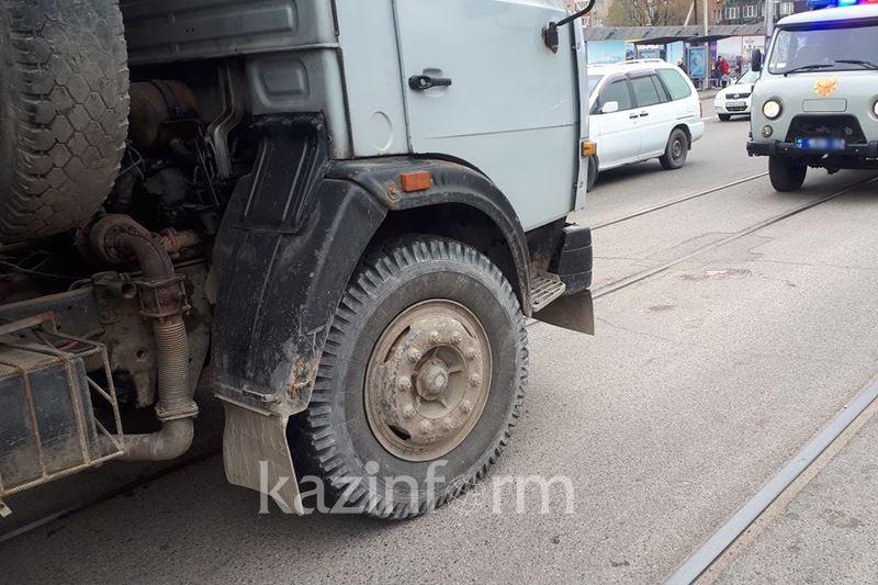 ФОТО: Алматыда КамАЗ ер адамды қағып кетті