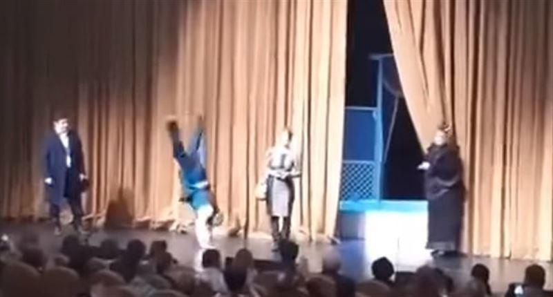 ВИДЕО: Ресейлік әртістер сахнада ақшаға қатысты бүлік шығарды