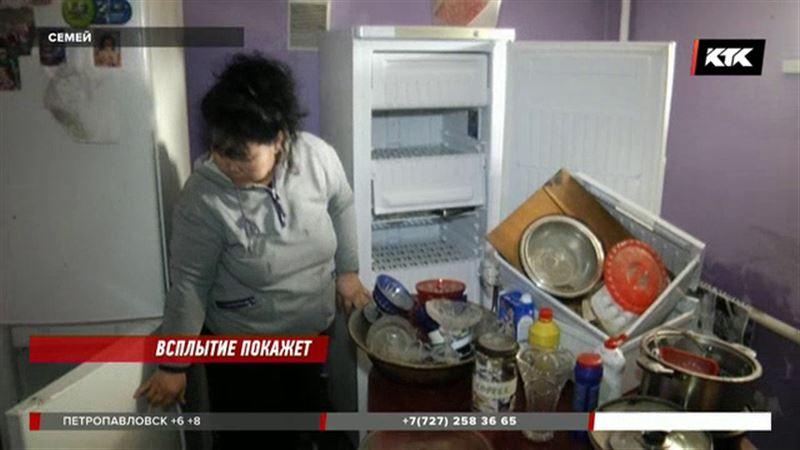 Дома в Семее после потопа заливает зловонная жидкость