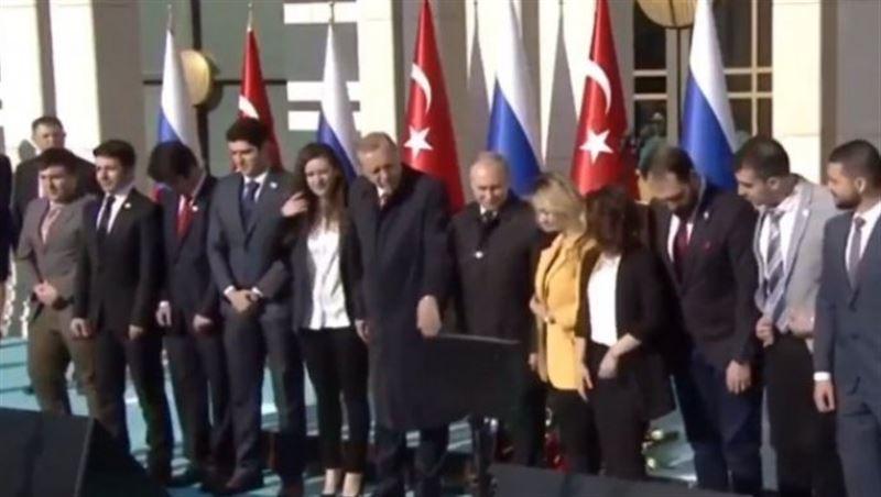 ВИДЕО: Ердоған Путиннің қызын тартып алды