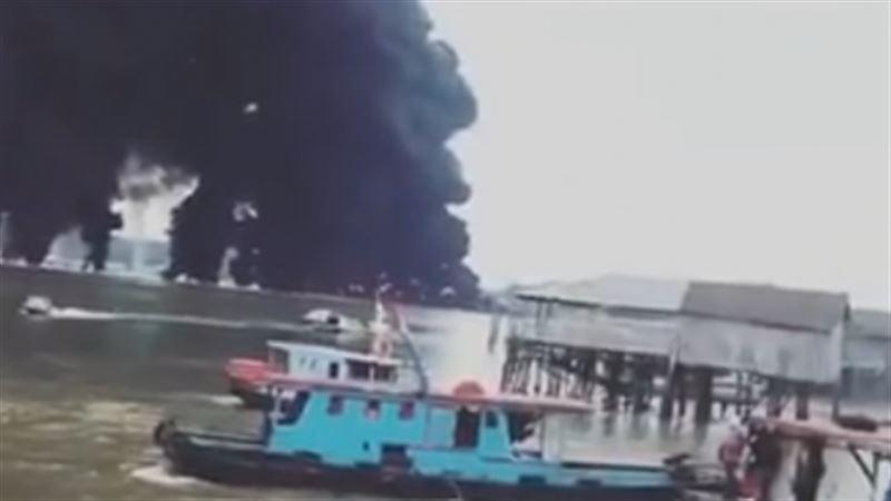В Индонезии горит разлитое в море топливо, погибли четыре рыбака