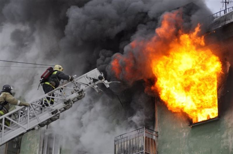 В Алматы охватило огнем пятиэтажный жилой дом