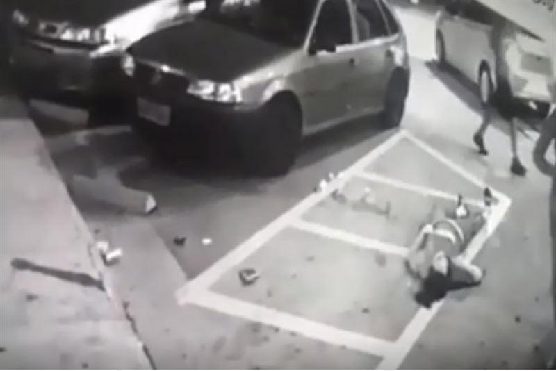 ВИДЕО: Әйел адамды аяусыз атып кеткен сәт бейнебақылауға түсіп қалды