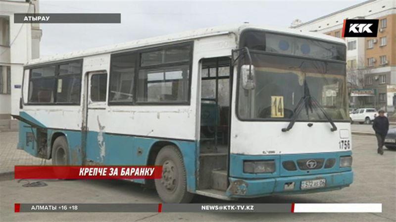 В Атырау закупили автобусы с облезлыми сиденьями и фанерой вместо окон