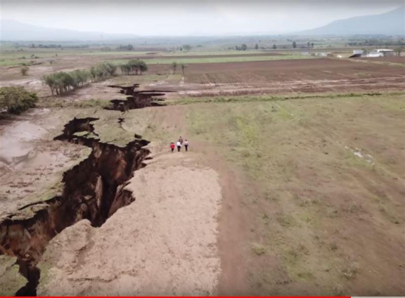 На видео попала огромная трещина, которая может разделить Африку надвое