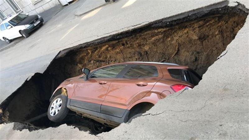 Припаркованный автомобиль полностью ушел под землю