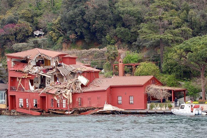 В Стамбуле сухогруз врезался в исторический особняк на берегу Босфора