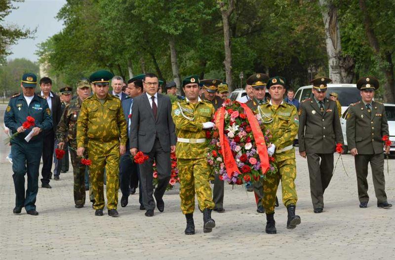 В Душанбе возложили цветы к Обелиску воинам-казахстанцам