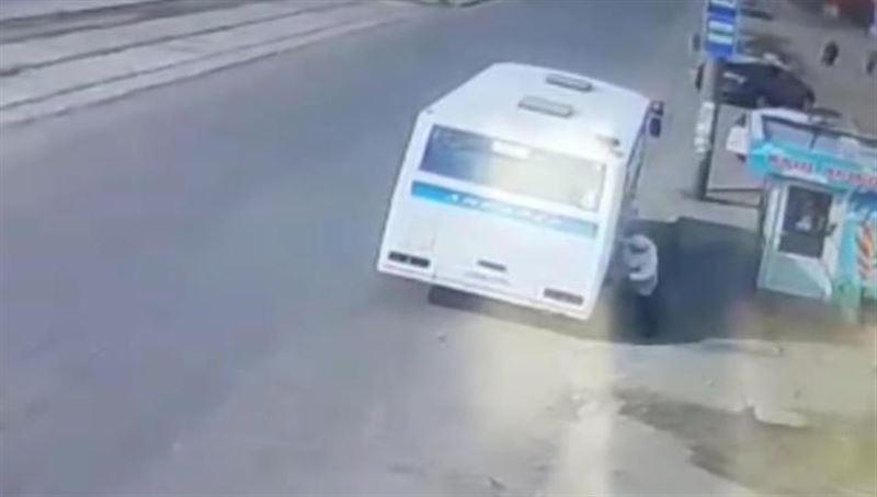 Автобус протащил по асфальту зажатую дверьми пенсионерку
