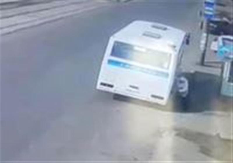 ВИДЕО: Есікке қысылып қалған зейнеткерді автобус асфальттың бойымен сүйреп əкетті