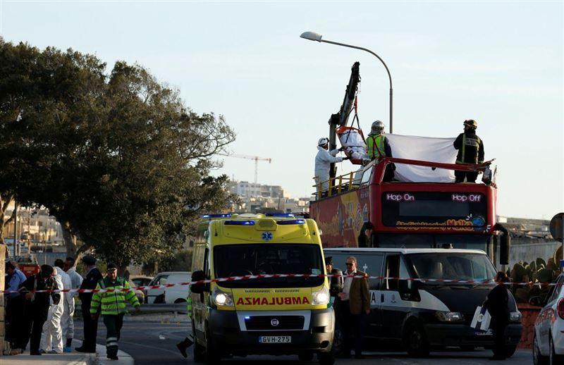 Туристический автобус столкнулся с деревом на Мальте, есть погибшие