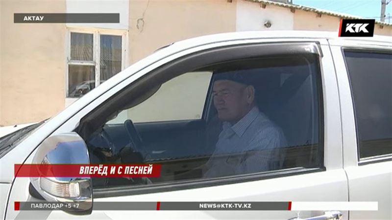 Актауский таксист поет - ему нравится, когда людям хорошо