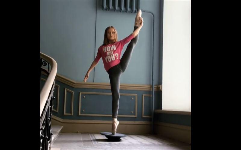 13-летняя балерина покорила пользователей Сети своей гибкостью и умением балансировать