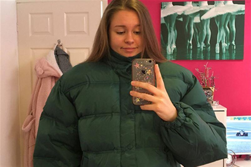 Девушка в слишком большой куртке позабавила пользователей Сети