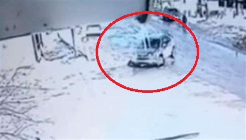 ВИДЕО: Жол шетінде келе жатқан зейнеткерді көлік үш рет басып кетті
