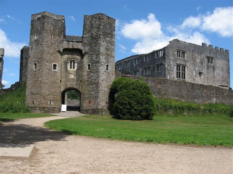 Подростки сфотографировали призраков возле английского замка