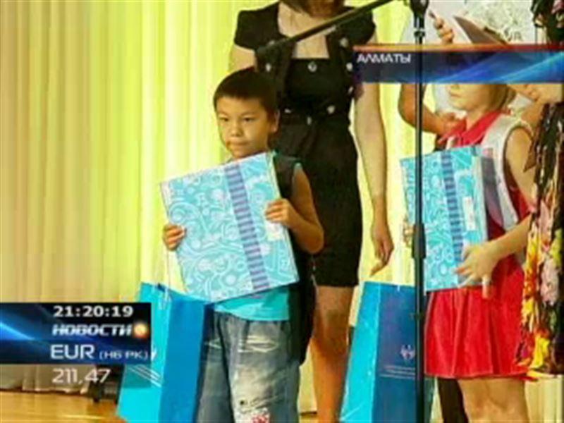 Дети из малообеспеченных семей Алматы получили подарки к началу учебного года