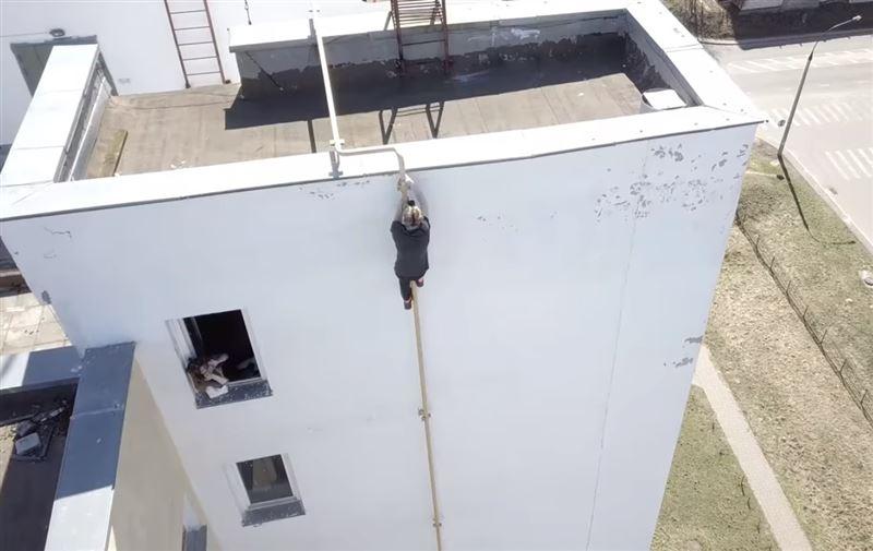 Руфер без страховки залез на 11-этажное здание по газовой трубе