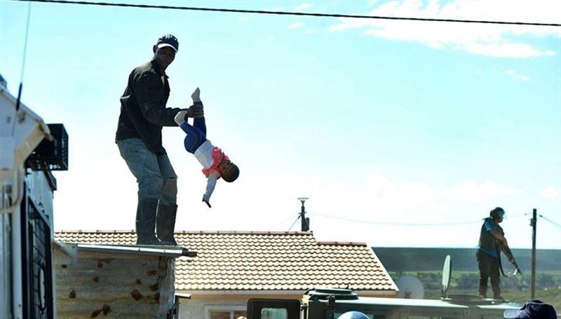 Отец скинул с крыши свою шестимесячную дочь в знак протеста против сноса его дома