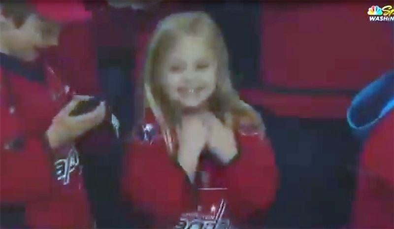 Видео с жаждавшей получить шайбу болельщицей растрогало хоккеиста и Сеть