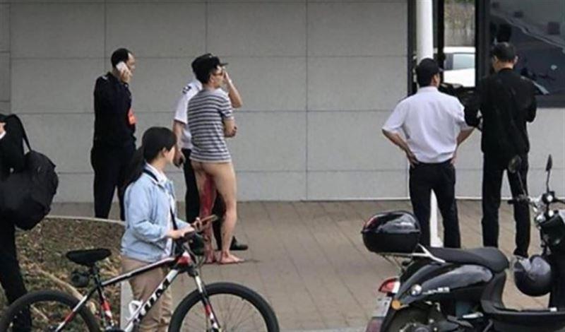 ВИДЕО: Студент жігіт колледж алдында жыныс мүшесін кесіп тастады