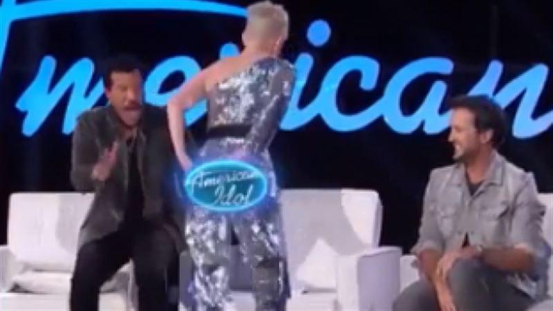 У Кэти Перри лопнули штаны в прямом эфире