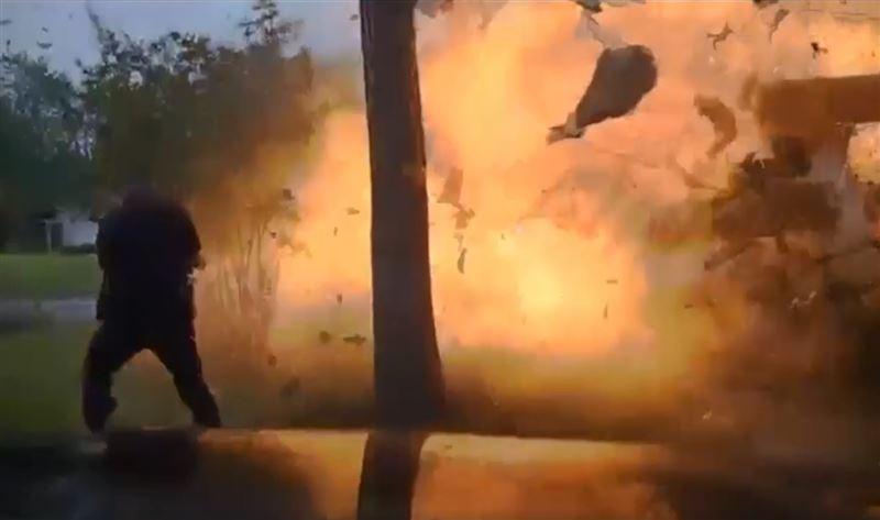 При взрыве дома, в который врезался джип, едва не погиб полицейский