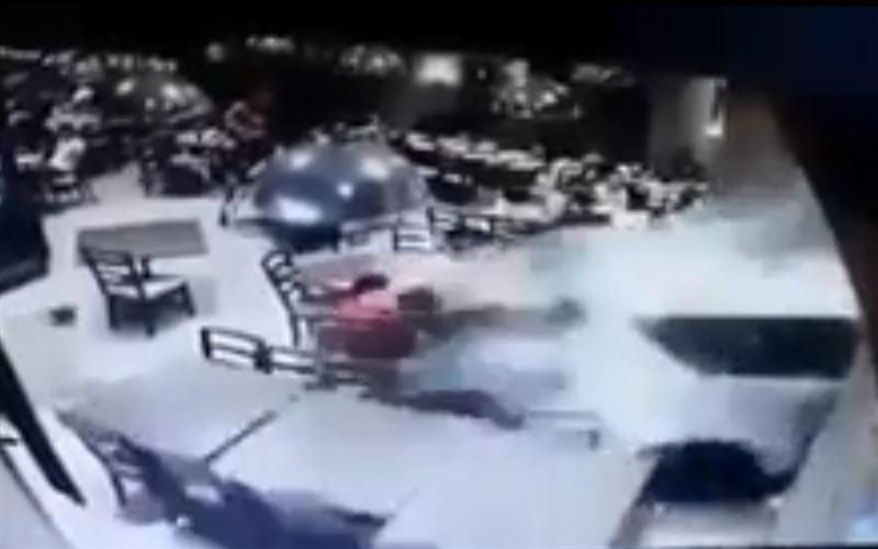 В Мумбаи автомобиль врезался в ресторан. Есть жертвы