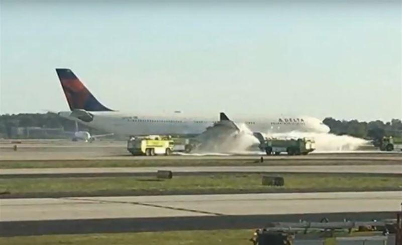 Самолет совершил экстренную посадку в Атланте из-за загоревшегося двигателя