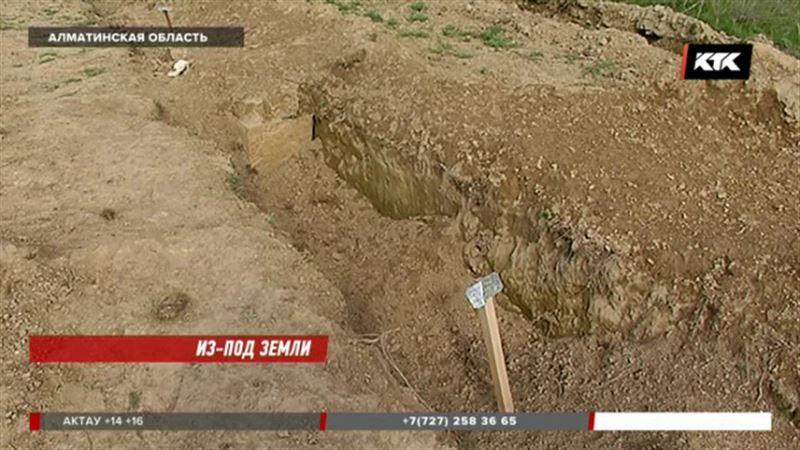 На одном из кладбищ Алматинской области гроб оказался на поверхности земли