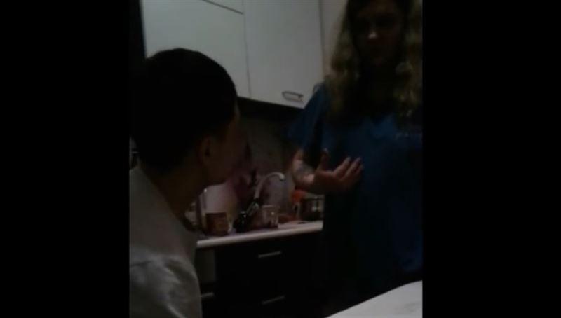 ШОК (18+): Хозяйка квартиры зарезала гостя из-за того, что он уронил стул