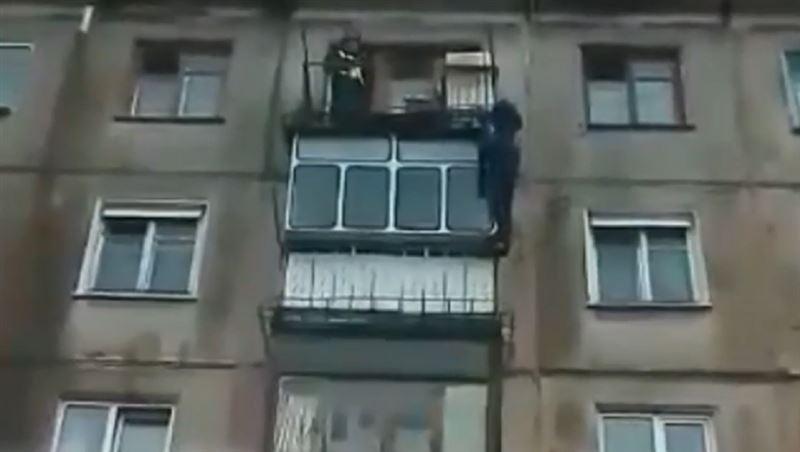 В Усть-Каменогорске мужчина упал с пятого этажа, пытаясь скрыться от полиции