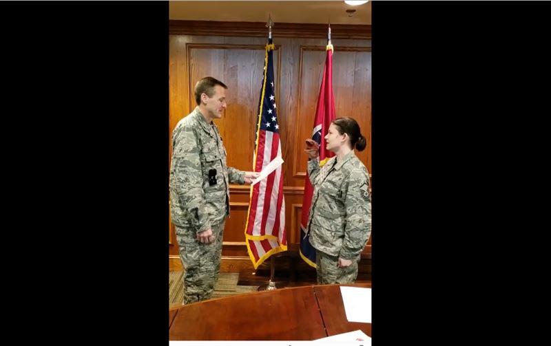 Уволили американского военного, принявшего присягу у девушки с марионеткой на руке
