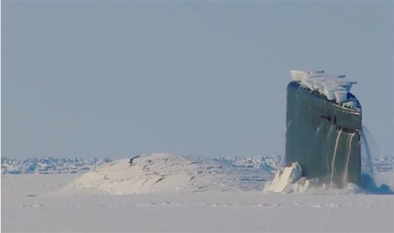 Пробивающую лед американскую подлодку сняли на видео